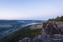 Blick nach Südwesten zum Pfaffenstein und zur Festung Königstein, Lilienstein, Sachsen, Deutschland, 08.09.2020 © by akkifoto.de
